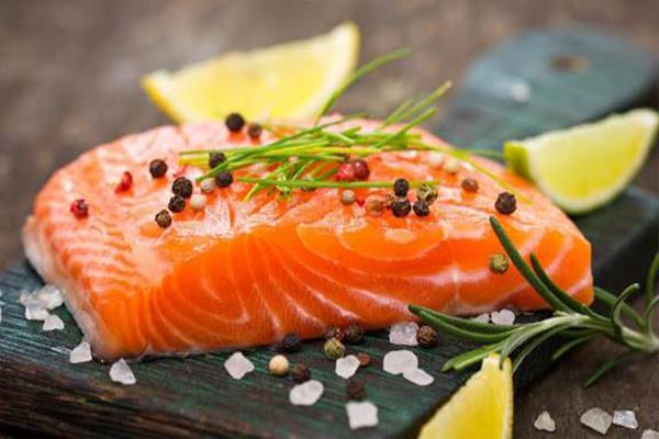 Cá hồi có hàm lượng protein và axit béo omega-3 cao. Axit béo omega-3 có tác dụng làm giảm nguy cơ phân hủy protein cho cơ bắp sau khi luyện tập và giúp cải thiện phục hồi các cơ