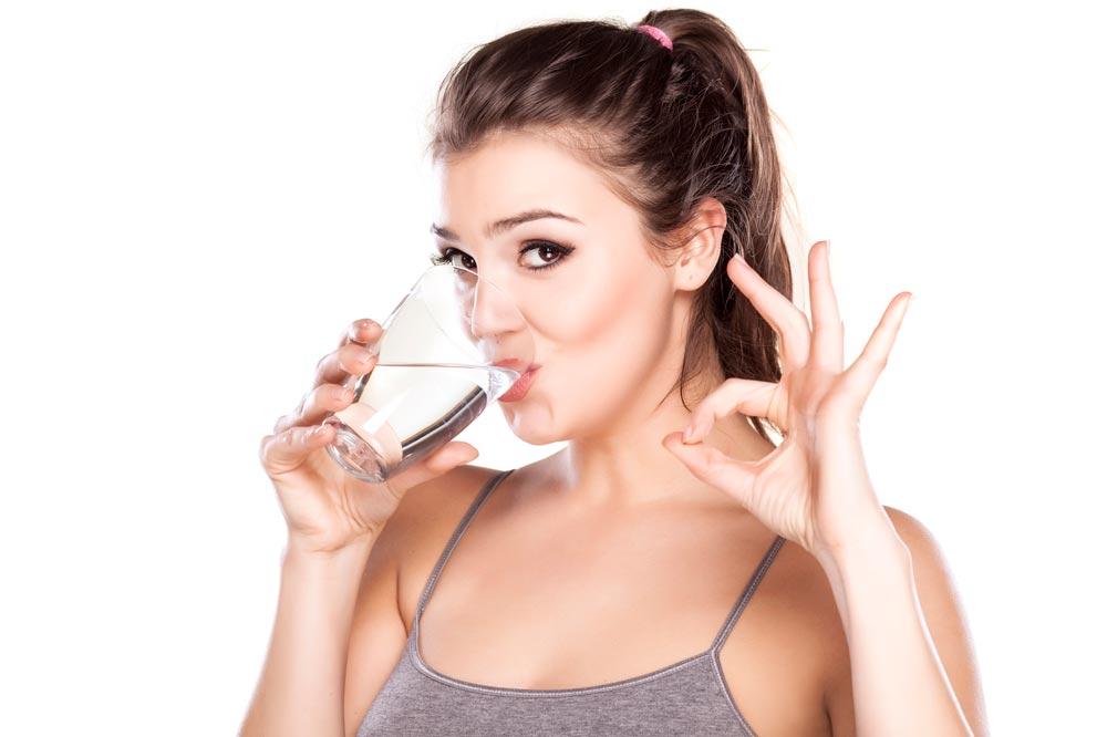 Mỗi buổi sáng, hãy uống một cốc nước ấm sau khi thức dậy